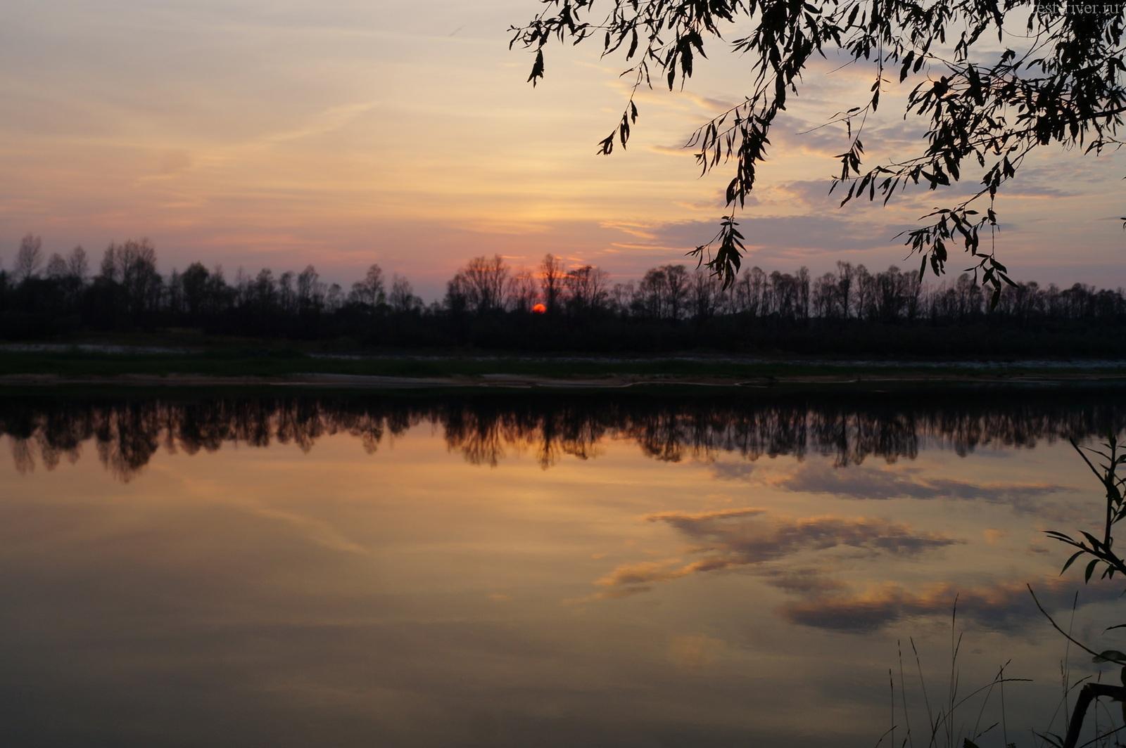 красивое фото реки закат на реке и отражение облаков в воде