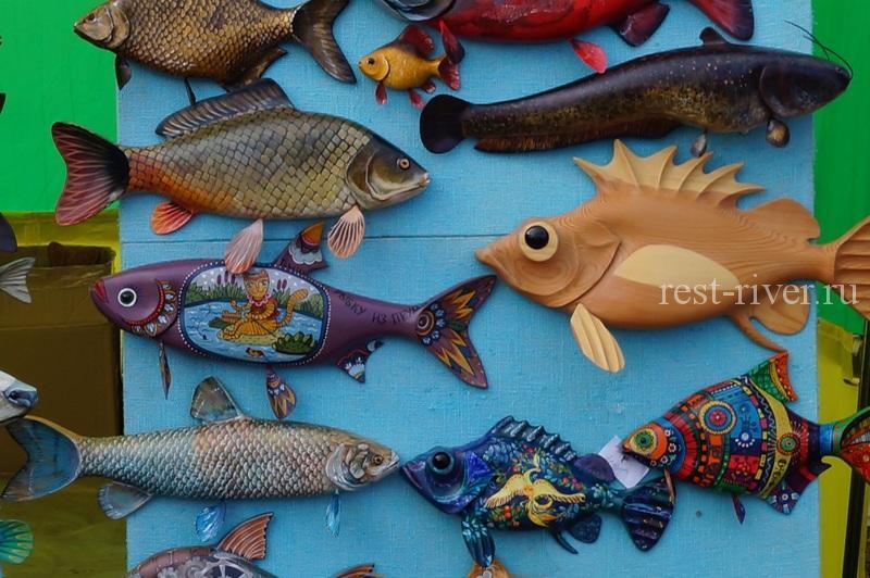 рыболовные сувениры в виде вырезанных раскрашенных рыб