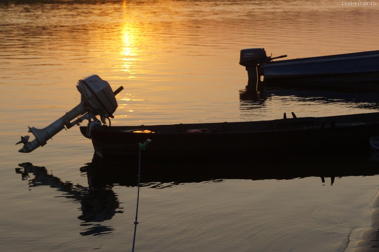 лодки ночью на реке