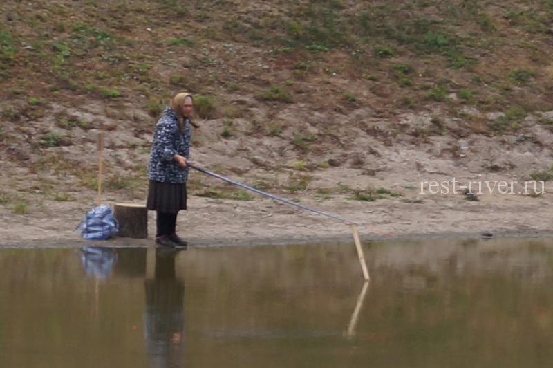 Соревнования по рыбалке, бабушка с удочкой