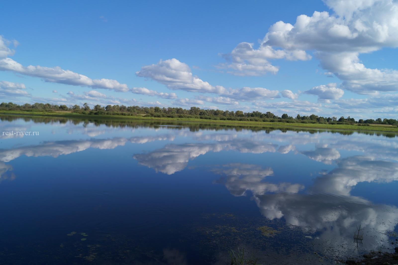 отражение облаков в воде озера
