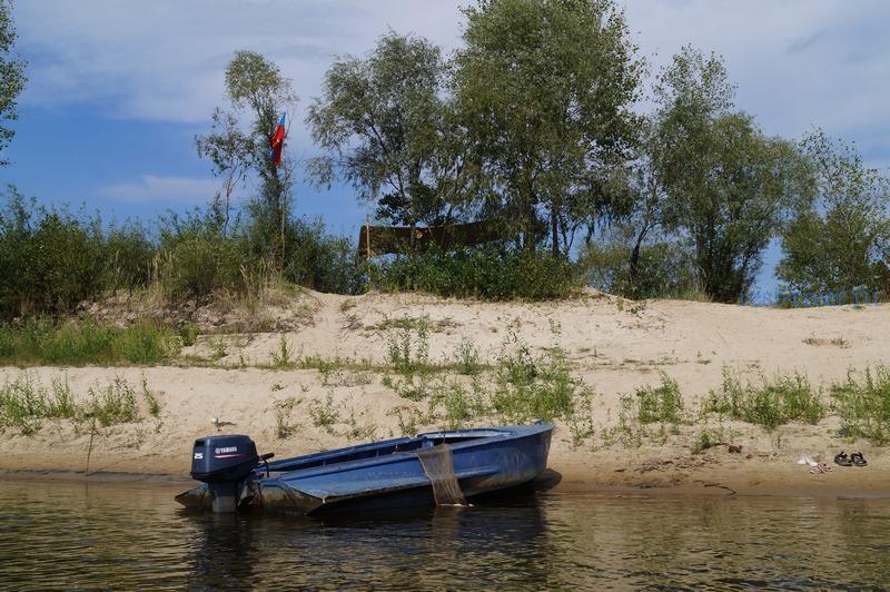 Палаточный лагерь - вид с реки, навес на берегу реки для отдыха