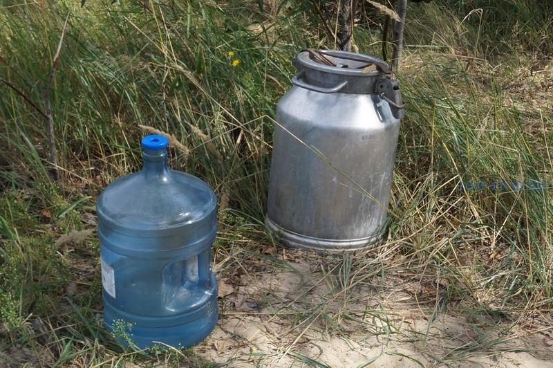 бидоны с водой в палаточном лагере
