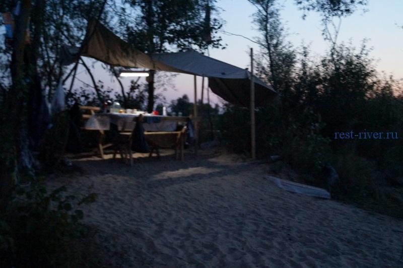 фото обеденного стола в палаточном лагере