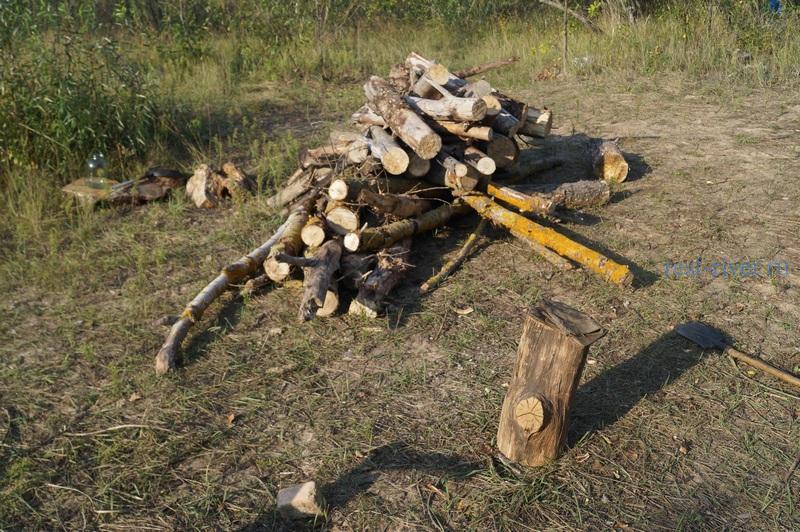 Дрова для костра, сбор валежника, собранный валежник сложен возле костра