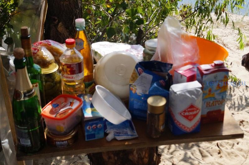 столик для хранения продуктов в палаточном лагере