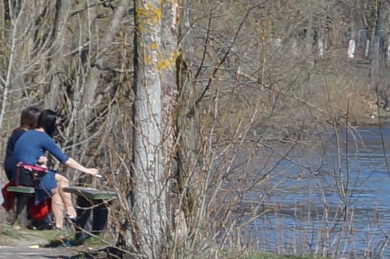 Девушки курят на берегу реки