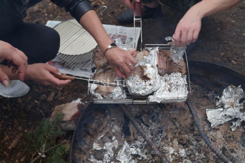ножом убираем с рыбы фольгу