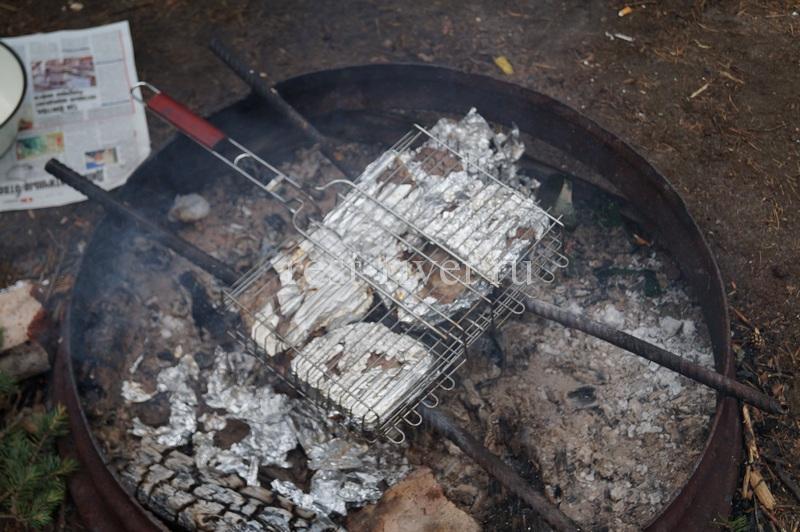 рыба на углях в решётке на мангале