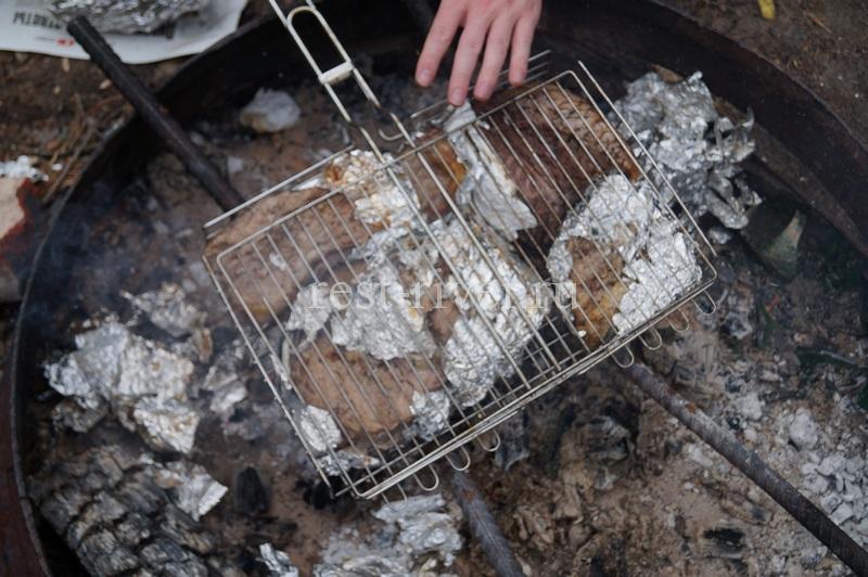 рыба на углях в решётке со снятой частично фольгой