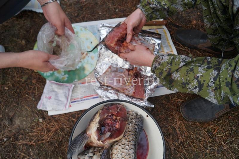 натираем рыбу солью и перцем