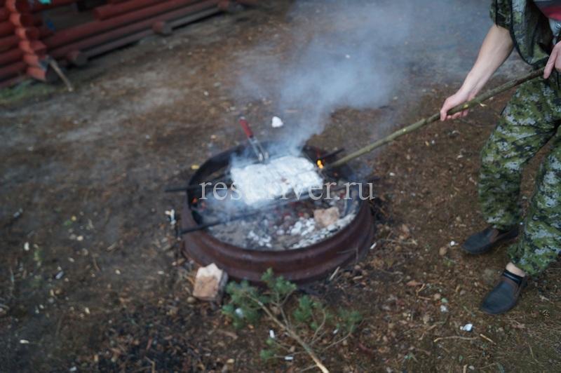 рыба на углях в решётке, фото приготовления сазана на мангале