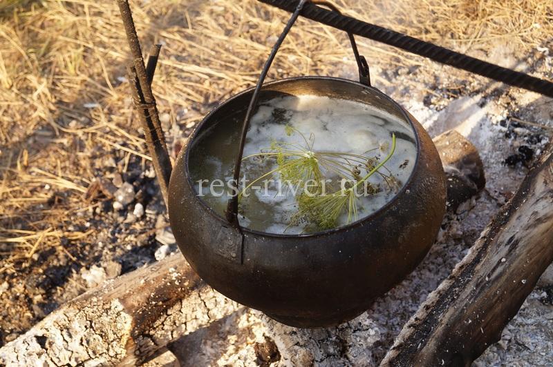 казан с супом из желудочков то что готовить на природе