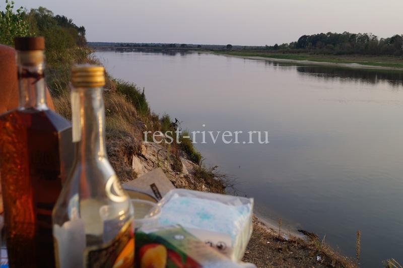 коньяк на фоне реки