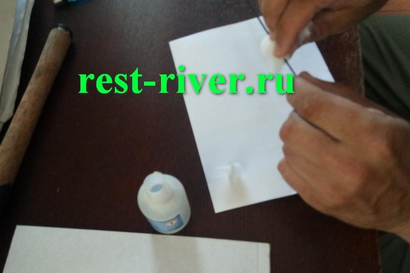 ремонт спиннинга - вытираем клей ватным тампоном при ремонте отслоения на вершинке спиннинга