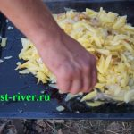 Жареная картошка на костре. Противень на мангале.