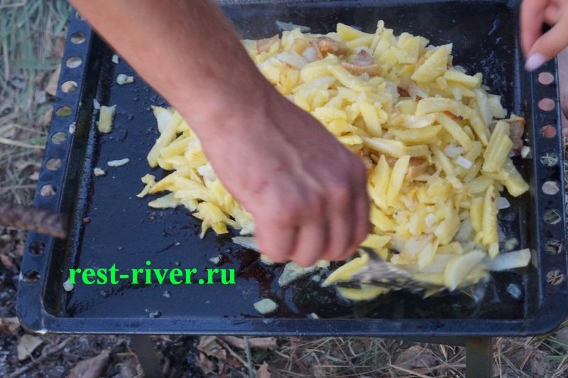 жареная картошка на костре на противне