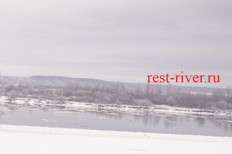 картинка с зимней рыбалки - крыга на реке