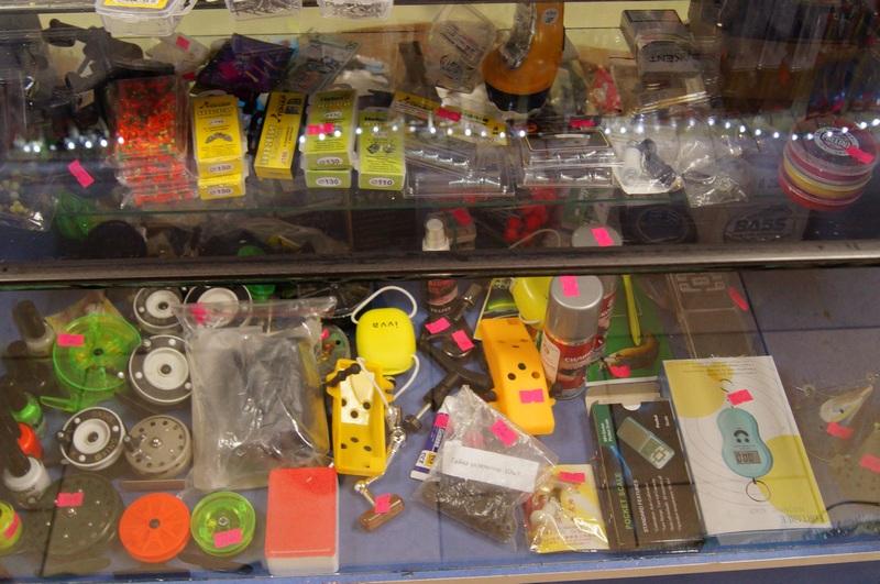 продажа мелочей в открытом рыболовном магазине