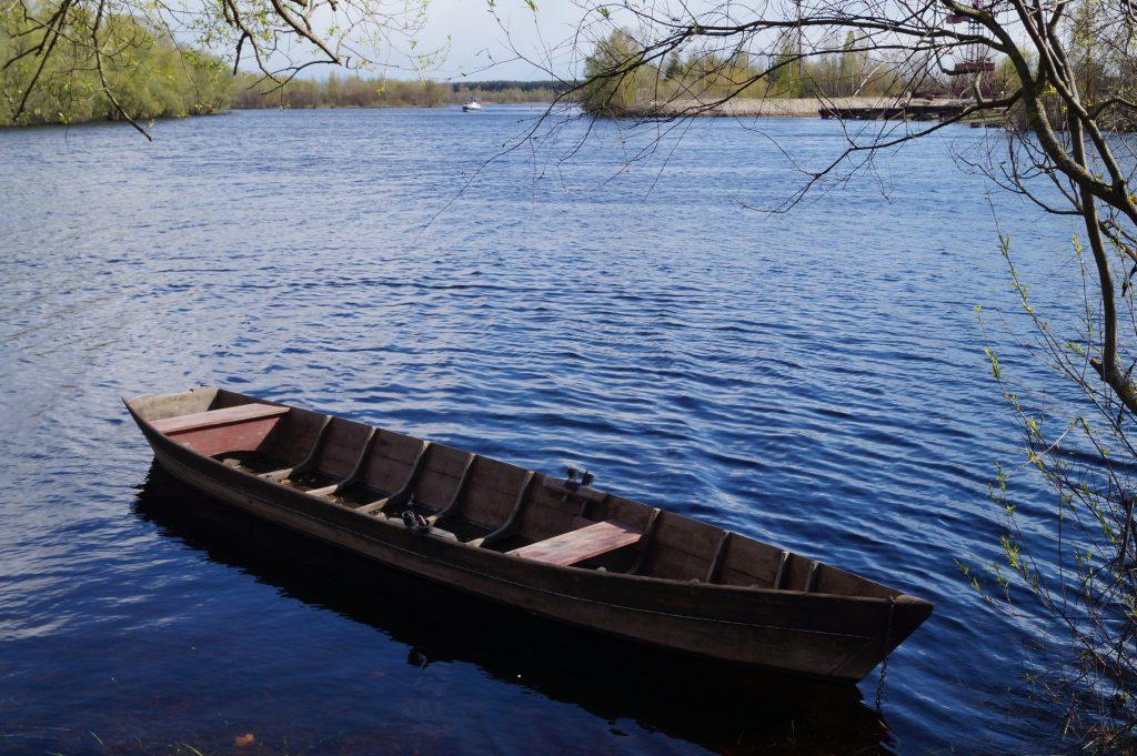 фото деревянная лодка на озере