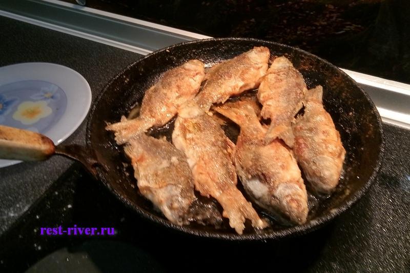 жаренные карасики на сковородке