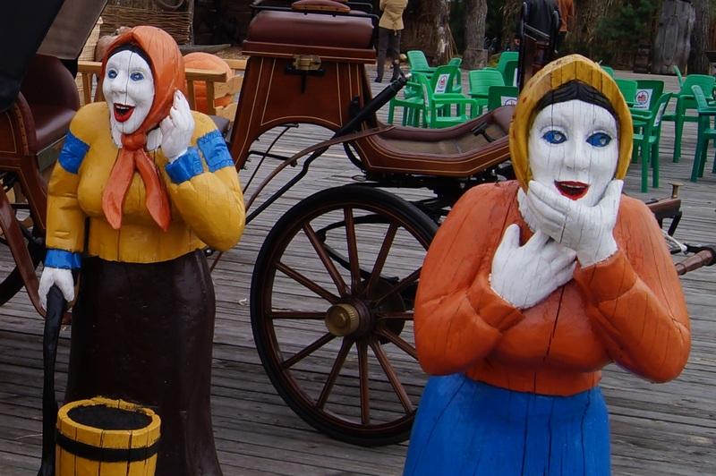 кричащие деревянные женщины