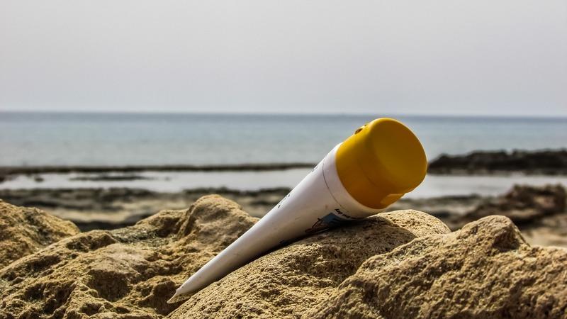 крем от загара на пляже