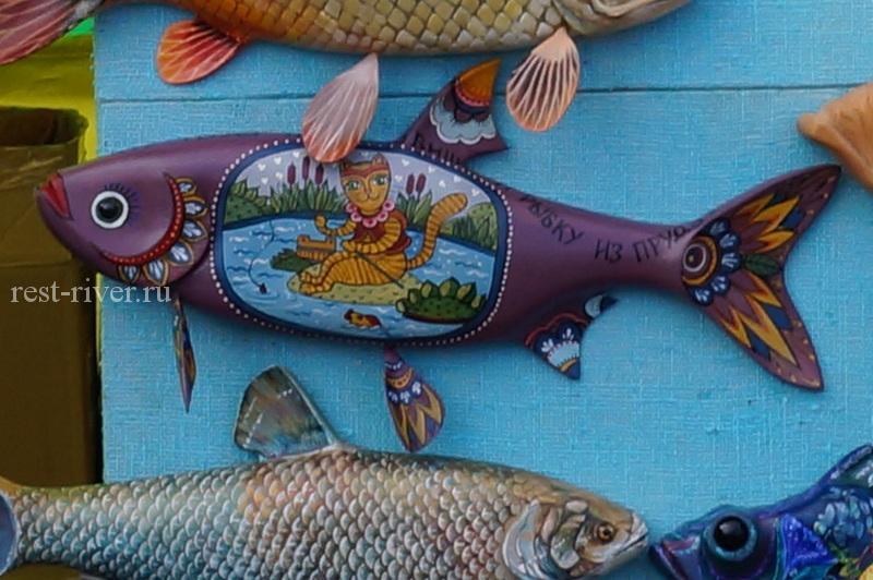 раскрашенная деревянная рыба
