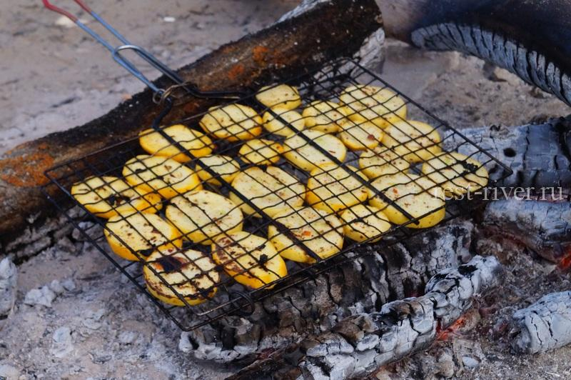 Кабачки на костре, рецепт кабачков, кабачки в решетке на углях
