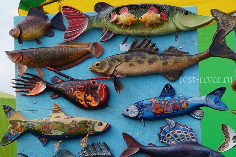 рыболовные сувениры в виде вырезанных раскрашенных рыб (рыбки из дерева)