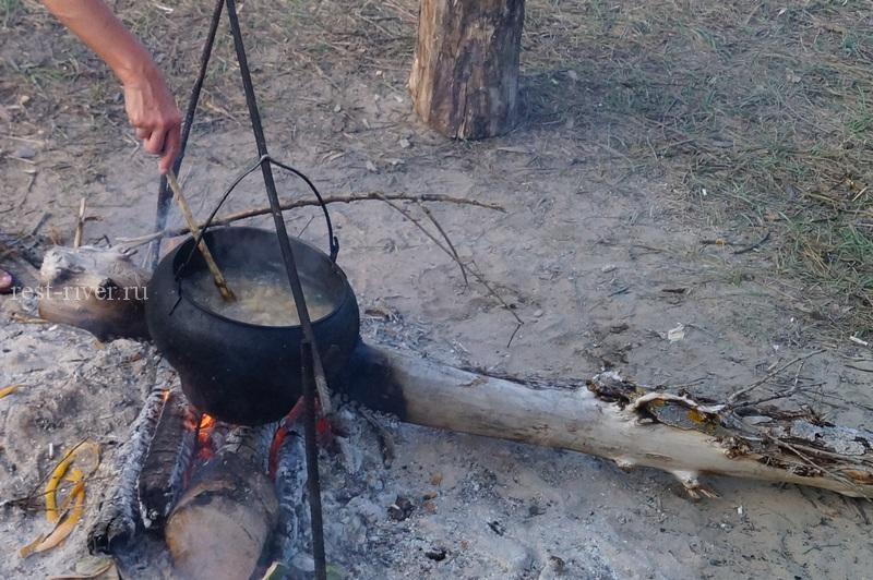 питание в походе перемешиваем макароны в казане