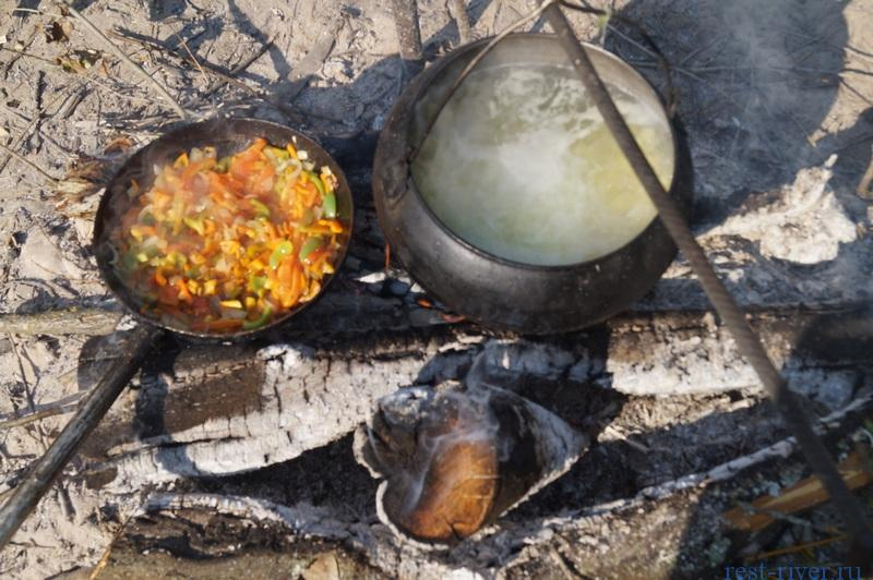 фото казана и сководки с обжариваемыми овощами, щи на костре рецепт с фото