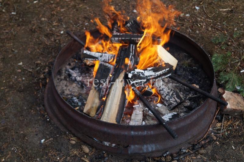 готовим угли в мангале из диска колеса