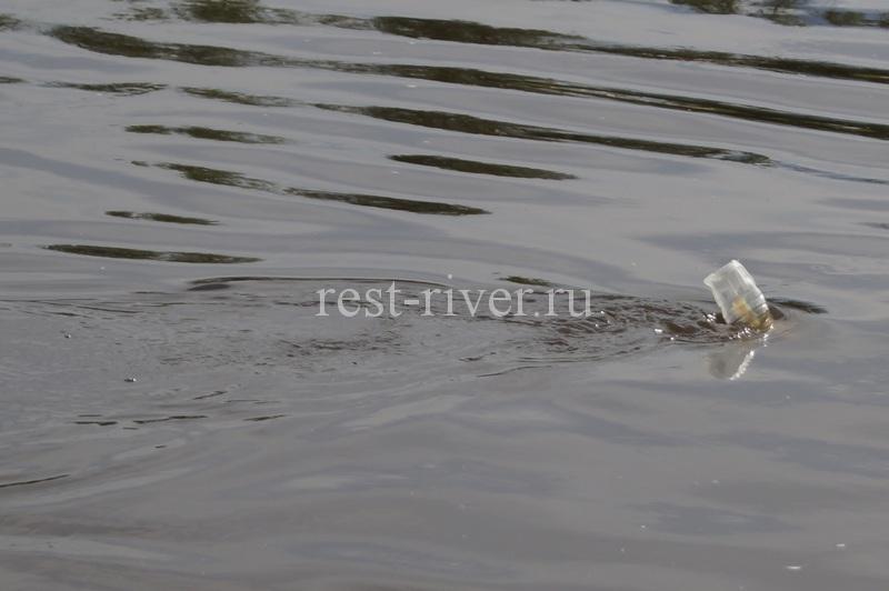 как ловить в проводку с кормушкой поможет пластиковая бутылка - поплавок кормушки для ловли в проводку
