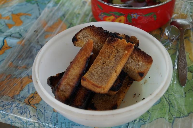 приготовление для закуски на пикнике гренки