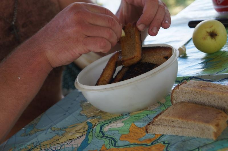 натираем гренки чесноком для закуски на пикнике