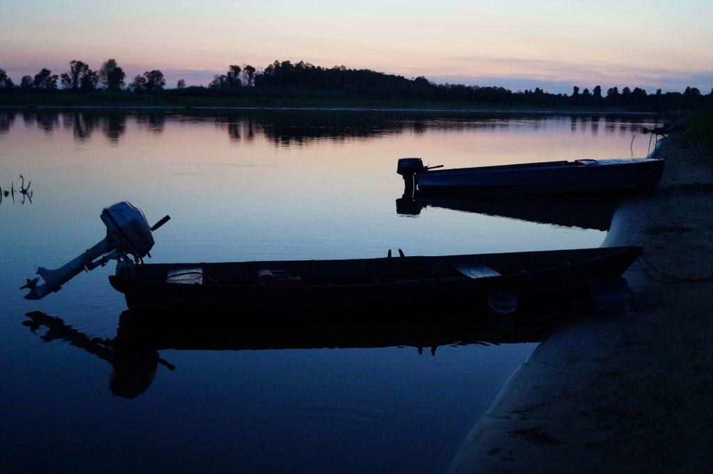 ночное фото деревянной лодки