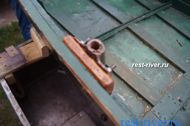 уключина на самодельной лодке