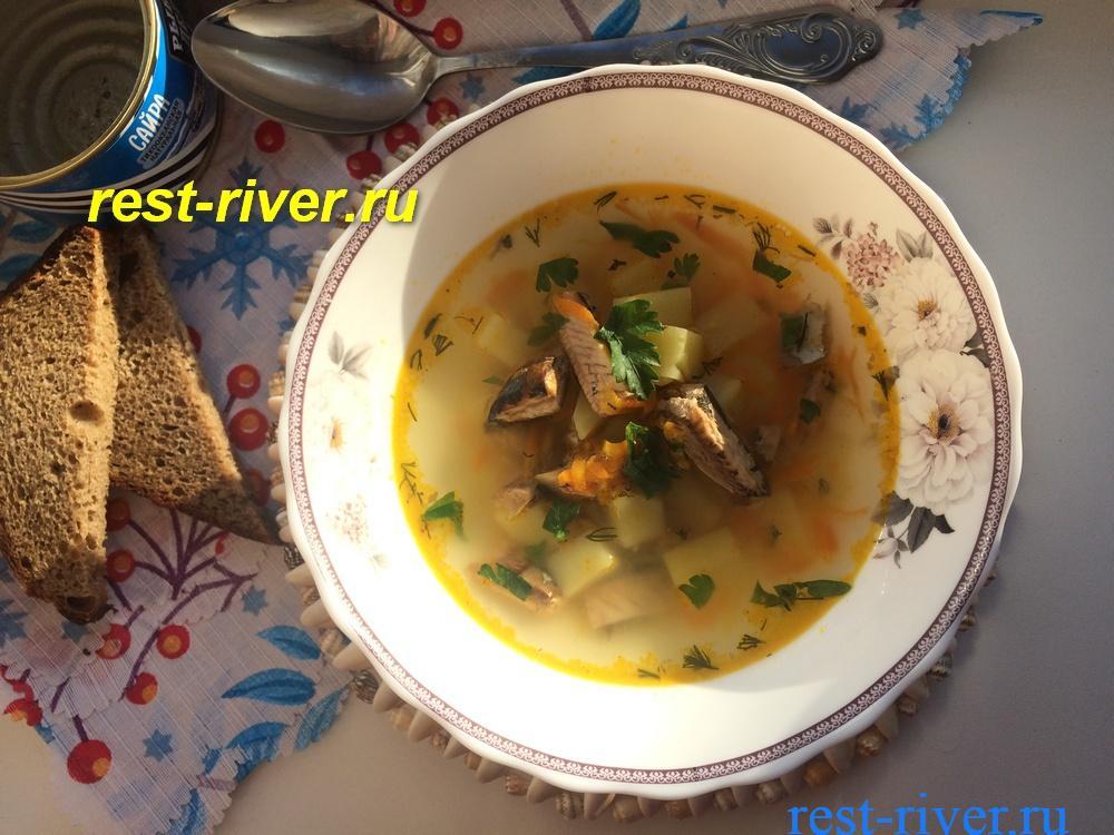 суп из рыбной консервы сайра в тарелке